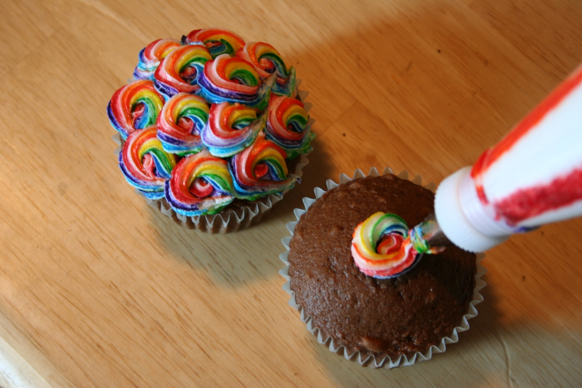 Colorful swirled cupcakes | Chica and Jo