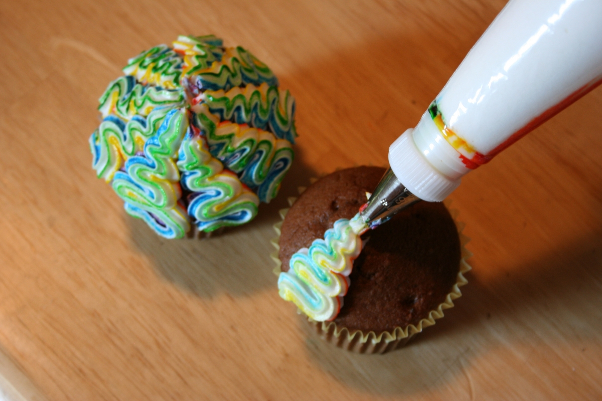 Easy Cake Icing Patterns: Colorful Swirled Cupcakes