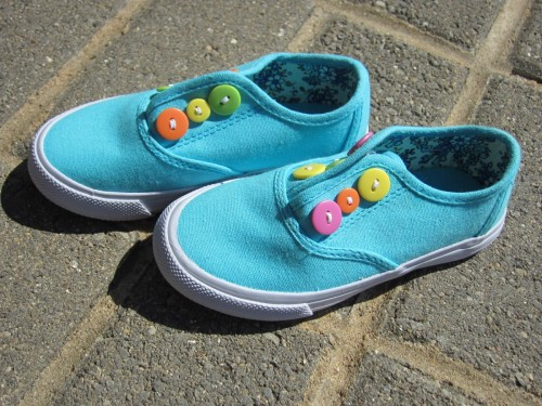 Button canvas shoes