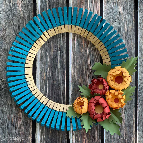 Fall paper mum and clothespin wreath | Chica and Jo